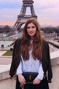 Fashion-Blog-Hamburg-Bloggerinnen-Paris-Fotospots-Jacker-uebergeworfen-Bluse-Paris-Eiffelturm-Eifelturm-Fotospot-Fashion-Blog-Paris-Hamburg-YSL