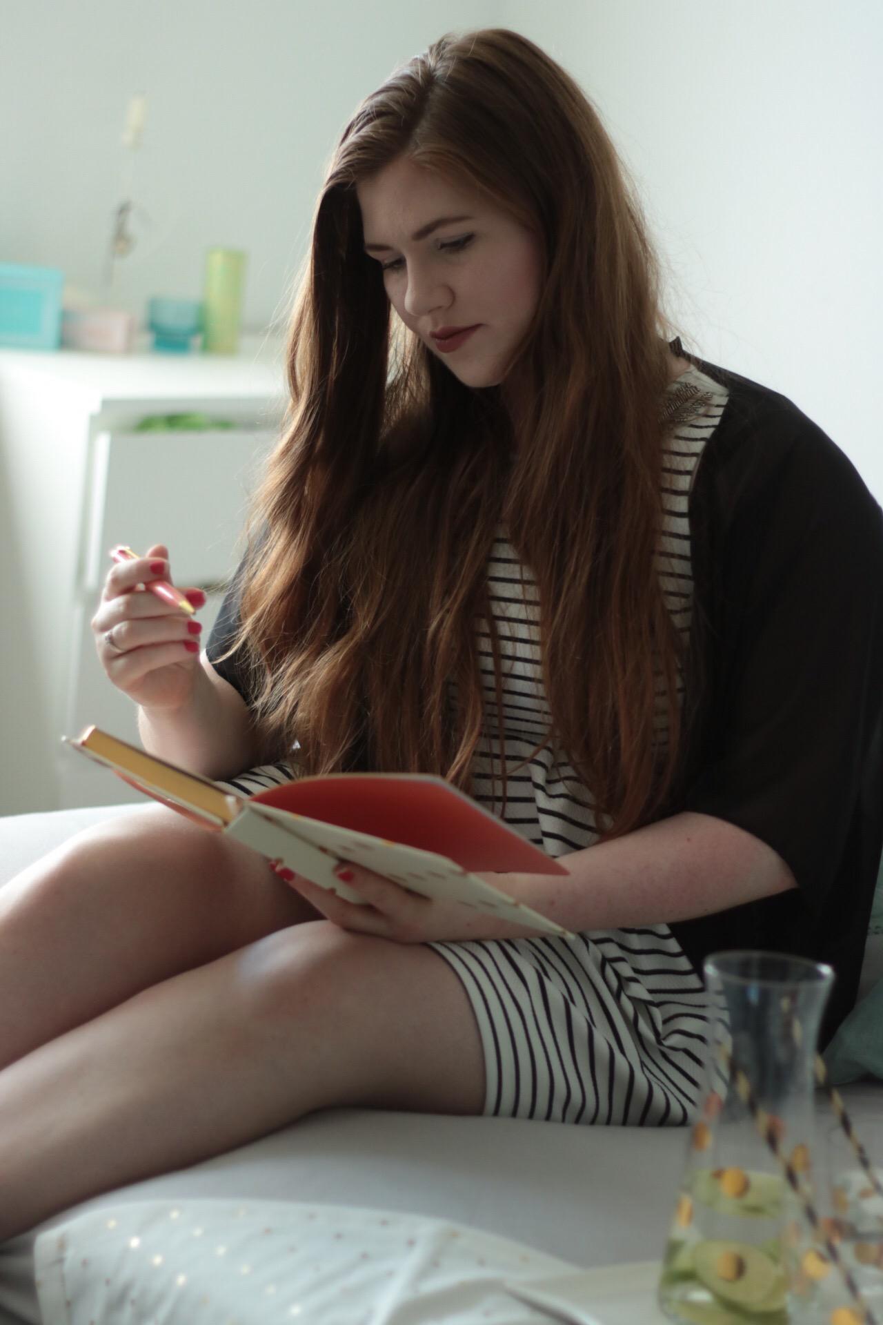 fashion blogger instagram notizbuch blog aus hamburg schreiben tchibo kissen frühstück im bett
