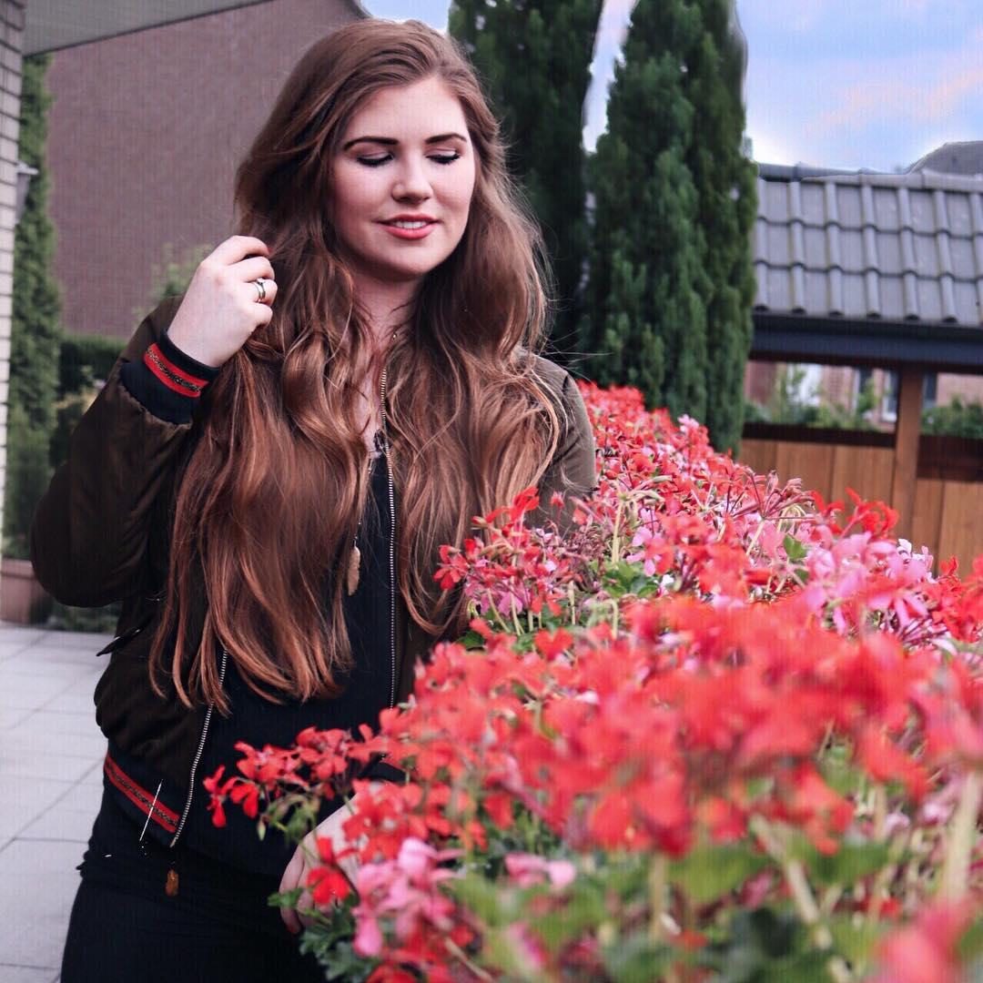 erfolgreiche-fashion-blogger-aus-deutschland-rote-blumen