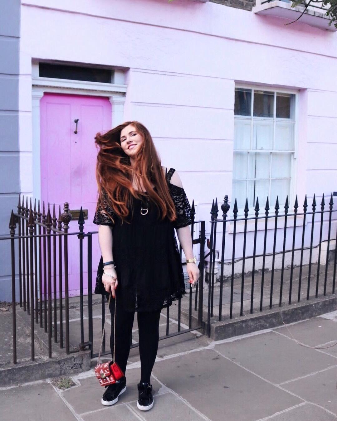 Fashion Blog deutsch mit langen Haaren Modebloggerin rote Tasche schwarzes Kleid