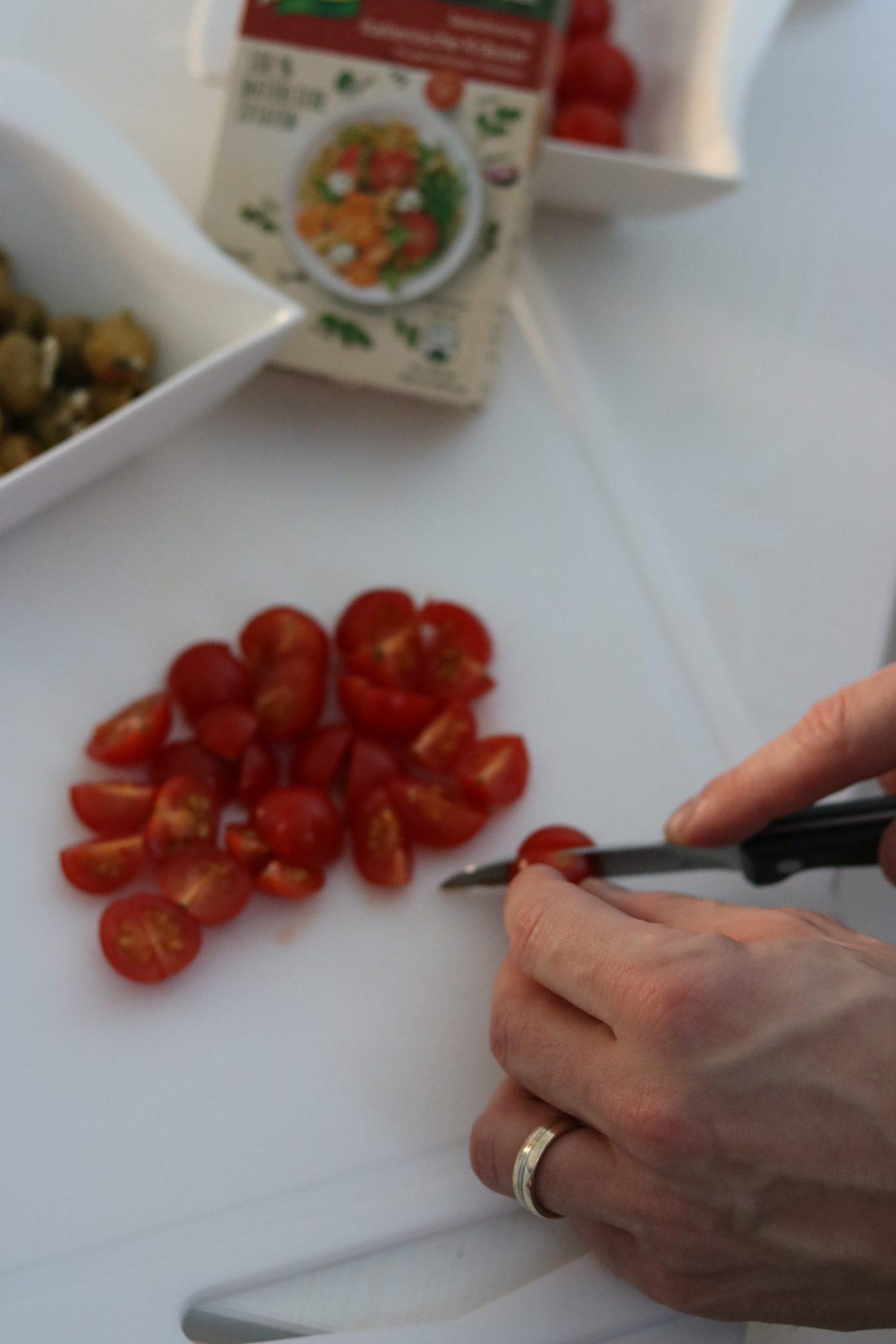 natürlich-lecker-knorr-tomaten-schneiden-brot-salat